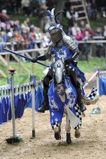 Ritter in Rüstung auf Pferd