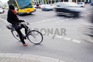 Fahrrad wartet an der Kreuzung
