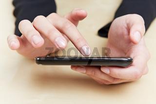 Finger berührt Smartphone