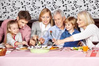 Hungrige Familie greift in Schüssel