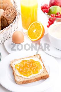 frisches Frühstück mit toast, marmelade, Saft und Ei isoliert auf weiß