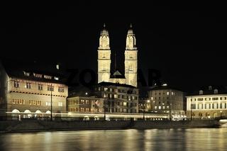Zürich, Limmatquai mit Grossmünster bei Nacht