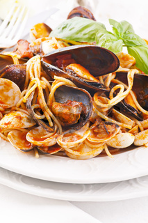 Spaghetti with mussels in tomato sauce