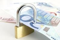 Schloss hält Euroscheine (no pr)