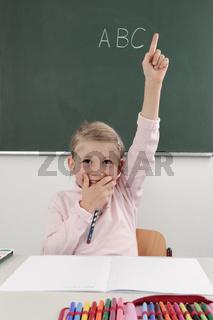 Schülerin hält eine Hand hoch