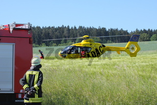 Rettungshubschrauber bei einem Verkehrsunfall