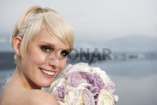 Portrait einer jungen blonden Braut mit Blumen