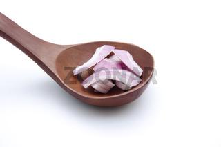 Frische Zwiebel auf Kochlöffel