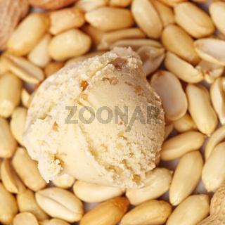 Erdnusseis mit Erdnüssen