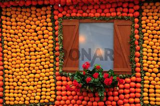 Nachbildung eines Fachwerkhauses mit Zitronen und Orangen