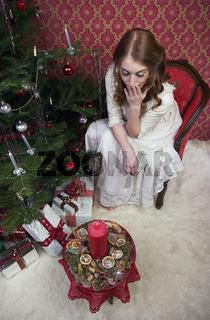 Junge Frau in Weihnachtszenerie