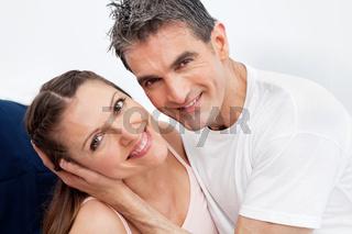 Glückliches Ehepaar im Bett