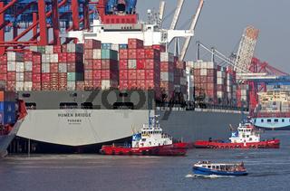 Containerschiff im Hamburger Hafen beim Ablegen, Deutschland