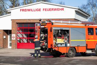 Feuerwehr Feuerwehrmann am Einsatzfahrzeug