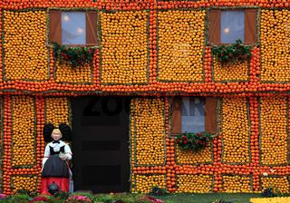 Nachbildung eines Fachwerkhauses aus Zitronen und Orangen