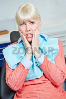 Frau hat Angst vor dem Zahnarzt