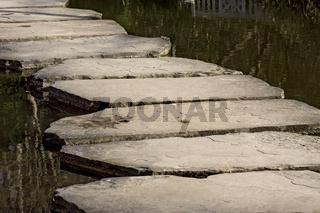 Steinplattenweg über Wasserfläche