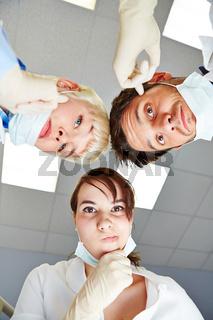 Zahnärzte schauen nachdenklich auf Patient