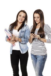 teenager mit smartphone und schulheften