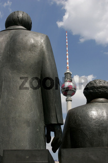 Marx und Engels vor dem Fernsehturm in der Bundeshauptstadt Berlin - Deutschland | communists Marx and Engels in front of the TV tower in the german capital Berlin Germany