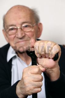 Senior mit Krücke