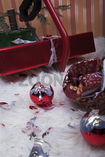 Säge zersägt Weihnachtsgeschenk
