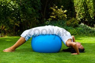 Frau mit Gymnastikball