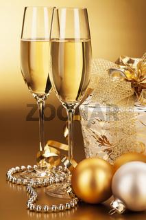 sektgläser mit christbaumkugeln und weihnachtsgeschenk