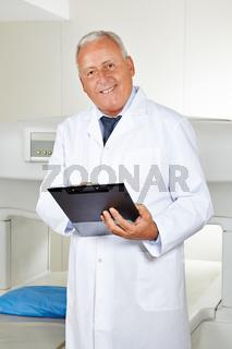 Arzt mit Checkliste in Radiologie