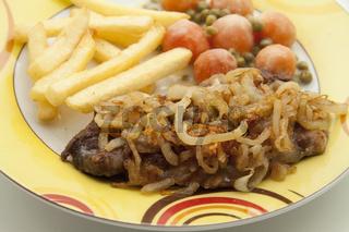 Zwiebeln mit Steak und Pommes