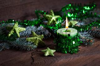 grüne Kerze zu Weihnachten