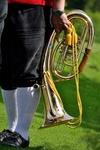Musiker in Tracht mit einem Horn