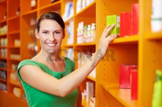 Lachende Frau beim Einkauf