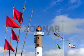 Leuchtturm mit Flaggen