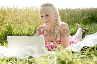 junge Frau arbeitet im Freien