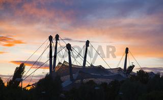 Sonnenuntergang über dem Dach des Olympiastadions in München