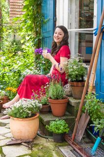 Junge Frau auf der Terrasse, young woman on a patio