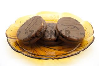 Schokoladenplätzchen mit Glasteller