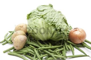 Eisbergsalat mit Zwiebel und Kartoffel