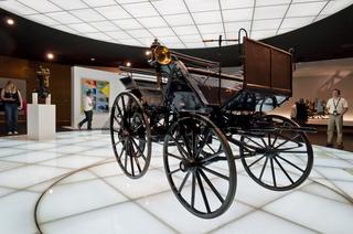 Daimler Motorkutsche im Mercedes Benz Museum Stuttgart