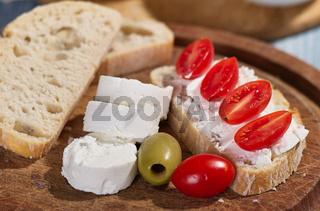 Frischkäseröllchen mit Tomaten