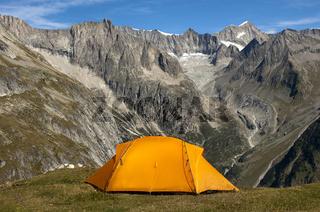 Orangefarbenes Bergzelt über dem Baltschiedertal