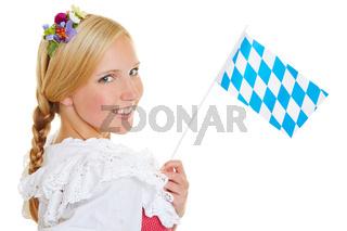 Frau mit bayrischer Flagge und Dirndl