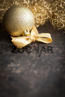 goldene Weihnachtskugel mit Schleife