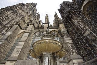 Kölner Dom (Hohe Domkirche St. Petrus) mit Petrusbrunnen, Deutschland