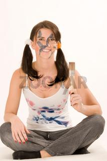Junge Frau mit Farbe im Gesicht