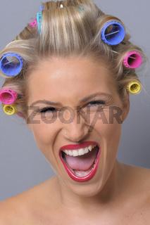 schreiende junge Frau mit Lockenwicklern
