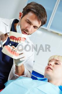 Zahnarzt erklärt einem Patient das Gebiss