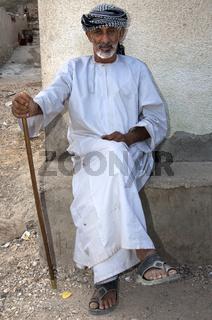 Alter Omani Mann mit Gehstock, Ash Shab, Oman