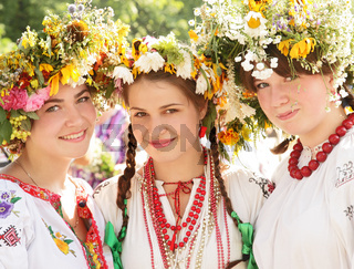 Junge Mädchen in der ukrainischen traditionellen Tracht, Iwan Kupala Tag, Sommersonnenwende, Kiew, Pirogowo, Ukraine